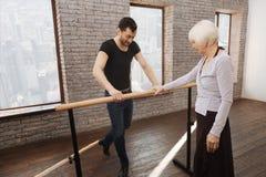 Mûrissez le professeur de danse instruisant la femme âgée dans la salle de bal Images libres de droits