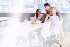 Mûrissez le professionnel féminin d'affaires dirigeant ses employés dans la salle de conférence Photos stock