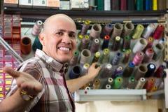 Mûrissez le tailleur avec les bobines colorées du fil Photo stock