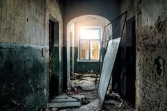 M?rk och kuslig korridor av det gamla ?vergav sjukhuset royaltyfri foto