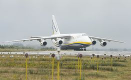 An-124-100M-150 Ruslan Ukrainian Flugzeug-Frachttransporter in G Stockfotos