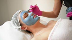 M?scara de la peladura de la cara, tratamiento de la belleza del balneario, skincare Mujer que consigue cuidado facial del cosmet almacen de video