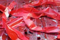 M?scaras brilhantes do vermelho escarlate das listras na superf?cie textured imagem de stock