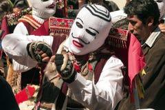 M?scaras tradicionais do festival que penduram em uma parede do festival religioso de Paucartambo de Virgen del Carmen fotos de stock
