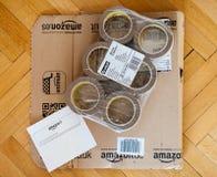 2m Scothc Gurtverpackung und Amazonas COM boxen Stockbilder