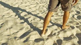 Męscy cieki chodzi na piasku Obrazy Royalty Free