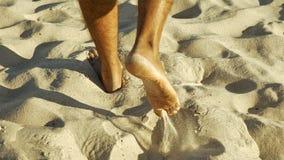 Męscy cieki chodzi na piasku Zdjęcia Royalty Free