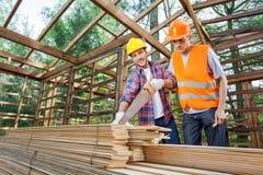 Męscy pracownicy budowlani Pracuje Przy miejscem Zdjęcie Royalty Free