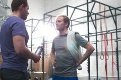 Męscy przyjaciele opowiada w crossfit gym Fotografia Royalty Free