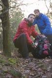 Męscy wycieczkowicze patrzeje daleko od w lesie Zdjęcie Royalty Free