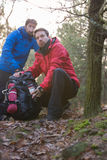 Męscy wycieczkowicze patrzeje daleko od w lesie Zdjęcie Stock