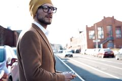 M?sica de escuta do homem da rua de seu telefone fotografia de stock royalty free