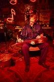 M?sico dos azuis que joga na sala de estar dos vermelhos em Clarksdale, Mississippi foto de stock
