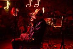 M?sico dos azuis que joga na sala de estar dos vermelhos em Clarksdale, Mississippi foto de stock royalty free