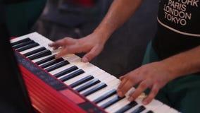 M?sico que joga nas chaves do piano do sintetizador do teclado O músico joga um instrumento musical no banquete de casamento filme