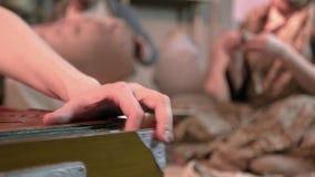 M?sico que juega en el acorde?n clip Jugar un primer musical del acordeón en un Yurt almacen de metraje de vídeo