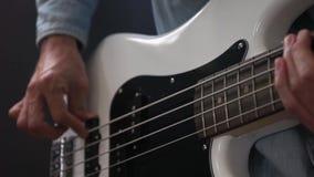 M?sico que juega estilo del finger de la guitarra baja en estudio metrajes