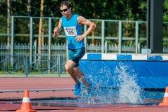 Męska atleta biega steeplechase Zdjęcie Royalty Free