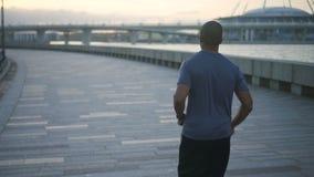 Męska atleta opracowywa zdala od kamery w zwolnionym tempie zdjęcie wideo