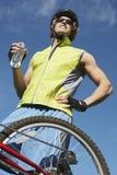 Męska cyklisty mienia butelka woda Fotografia Royalty Free