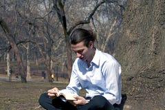 Męska czytelnicza Biblia Obrazy Stock
