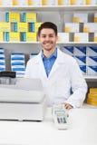 Męska farmaceuta w aptece Zdjęcie Royalty Free