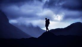 Męska halnego arywisty pozycja na górze wzgórza Fotografia Royalty Free