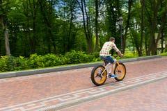 Męska jazda rower na footpath w parku Fotografia Stock