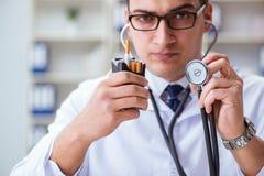 Męska lekarka w przeciw paleniu conceptwithcigarette paczce Zdjęcie Stock