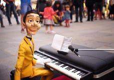 Męska marionetka w ulicznym przedstawieniu Zdjęcia Stock