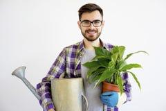 Męska ogrodniczka z podlewanie garnkiem Zdjęcia Royalty Free