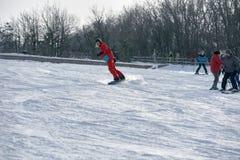 Męska snowboarder jazda Zdjęcia Stock