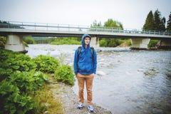 męska turystyczna pozycja obok halnej rzeki Fotografia Royalty Free