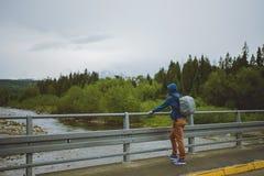 męska turystyczna pozycja obok halnej rzeki Obrazy Stock