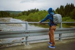 męska turystyczna pozycja obok halnej rzeki Zdjęcia Stock