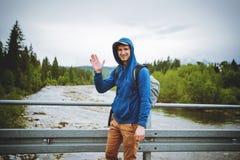 męska turystyczna pozycja obok halnej rzeki Zdjęcie Royalty Free