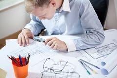 Męski architekt analizuje projekt Obrazy Stock