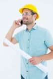 Męski architekt opowiada na telefonie komórkowym z projektem Obrazy Royalty Free