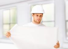 Męski architekt patrzeje projekt w domu Obrazy Stock