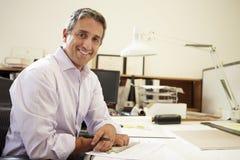 Męski architekt Pracuje Przy biurkiem W biurze Zdjęcie Royalty Free
