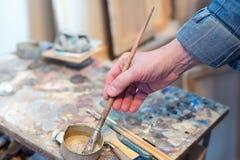 Męski artysty obraz w jego studiu Zdjęcia Royalty Free