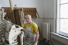 Męski artysty obraz W studiu Zdjęcie Royalty Free