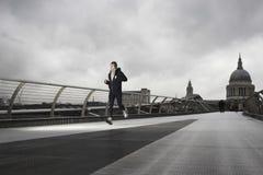 Męski biegacz Na milenium moscie Z St Paul Behind Obraz Royalty Free
