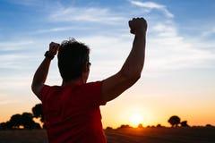 Męski biegacza sukces przy zmierzchem Fotografia Royalty Free