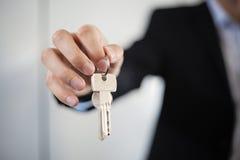 Męski biznesmen daje domów kluczom Obrazy Stock