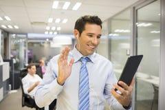 Męski biznesowy cyfrowy pastylki biura skype Zdjęcia Royalty Free