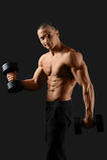 Męski bodybuilder pozuje w studiu Zdjęcia Stock
