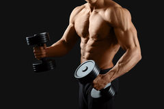 Męski bodybuilder pozuje w studiu Obraz Stock