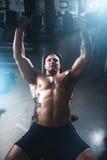 Męski bodybuilder szkolenie z dumbbells w gym Obrazy Stock