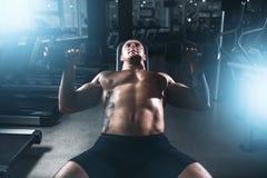 Męski bodybuilder szkolenie z dumbbells w gym Obraz Stock